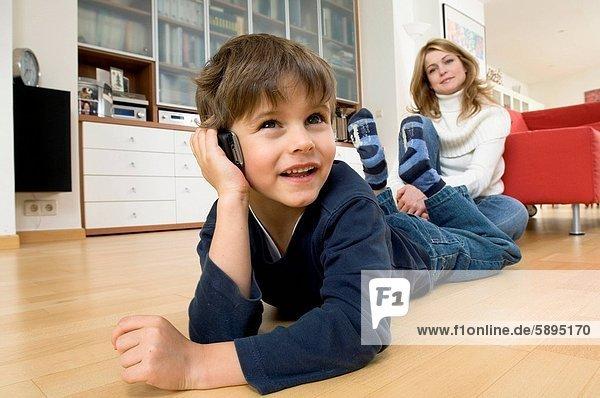 Handy  hinter  sitzend  sprechen  Sohn  Kurznachricht  Mutter - Mensch