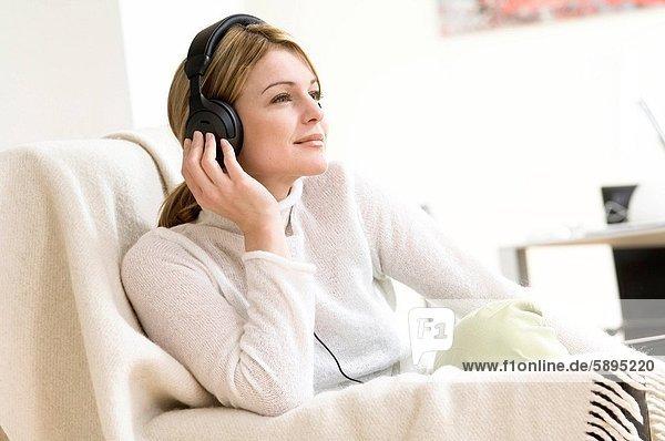 Frau  zuhören  Kopfhörer  Musik  Mittelpunkt  Kleidung  Erwachsener