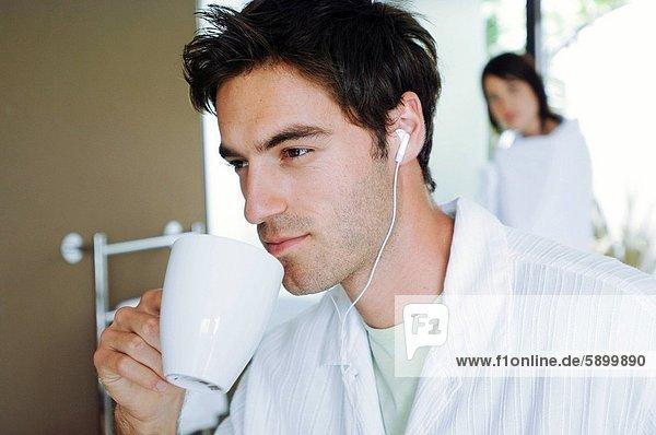 Mann  zuhören  Tasse  halten  Musik  Mittelpunkt  Erwachsener  Tee