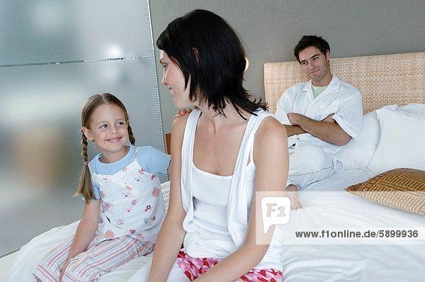 sitzend  Frau  lächeln  Bett  Hintergrund  Mittelpunkt  Tochter  Erwachsener  Ehemann