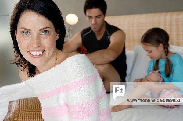 hinter  Portrait  Frau  lächeln  Bett  Mittelpunkt  Tochter  Erwachsener  Ehemann