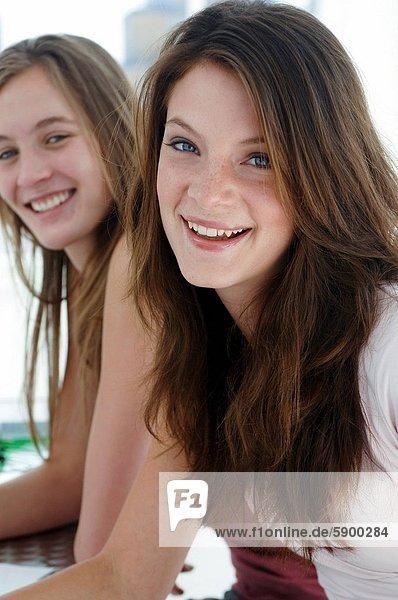 Zwei junge Frauen auf einem Sofa