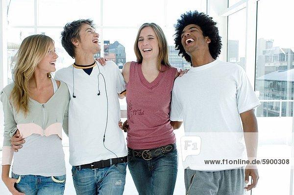 stehend  lachen  2  jung