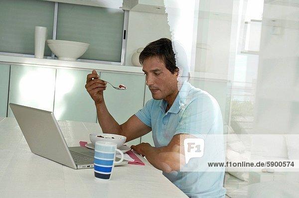 Profil  Profile  benutzen  Mann  Notebook  Mittelpunkt  Seitenansicht  Erwachsener  Frühstück