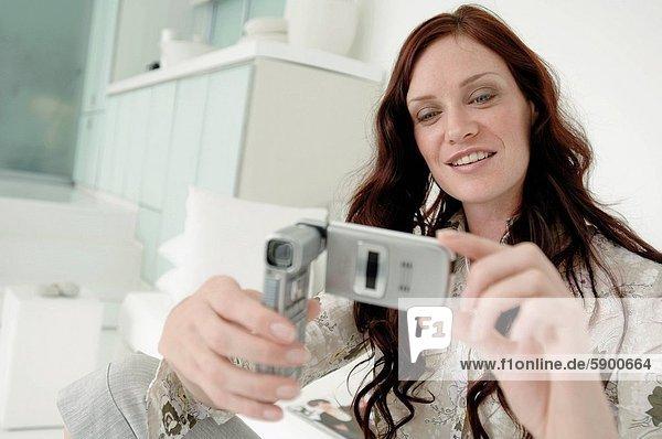 Handy  Frau  Fotografie  nehmen  lächeln  Mittelpunkt  Kurznachricht  Erwachsener