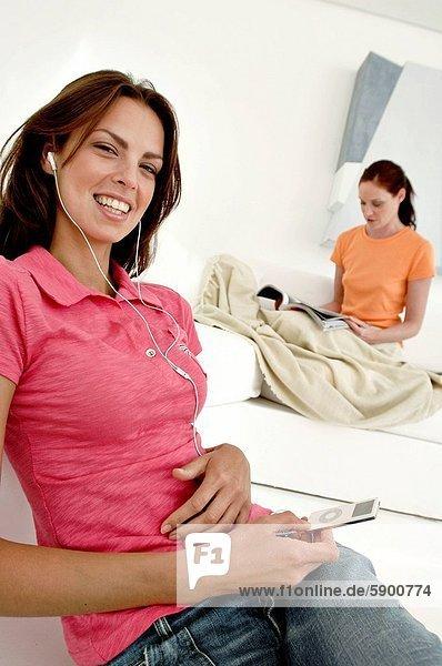 hinter  Portrait  Frau  zuhören  Spiel  Zeitschrift  Mittelpunkt  MP3-Player  MP3 Spieler  MP3 Player  MP3-Spieler  Erwachsener  vorlesen