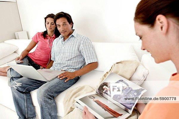 sitzend  Frau  Zeitschrift  Mittelpunkt  Couch  Erwachsener  vorlesen