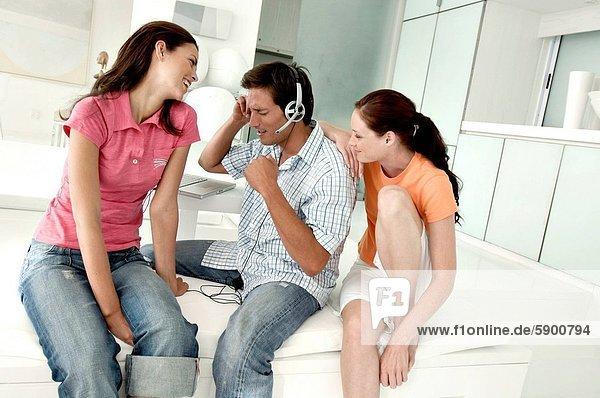 nebeneinander  neben  Seite an Seite  Frau  Mann  zuhören  lächeln  Musik  2  jung