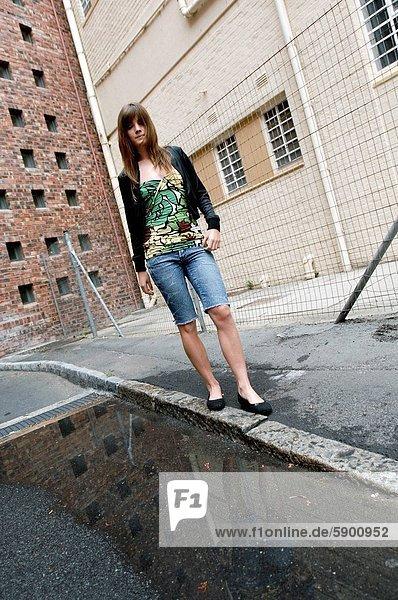 Frau  gehen  jung  Straßenrand