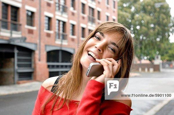 Handy  Portrait  Frau  sprechen  lachen  Kurznachricht  jung