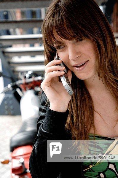 Handy  Frau  sprechen  lächeln  Kurznachricht  jung