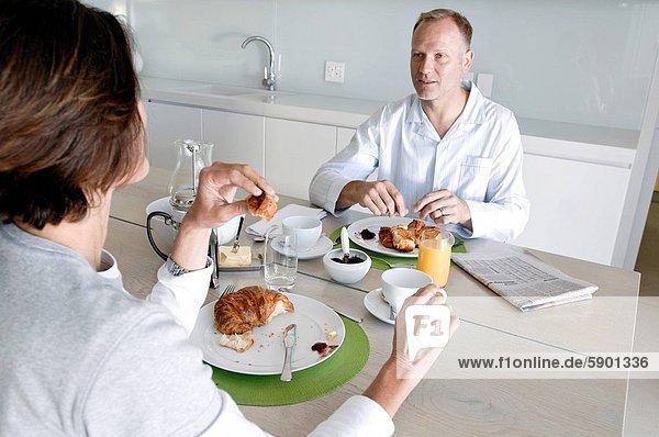 sitzend reifer Erwachsene reife Erwachsene Tisch Frühstück
