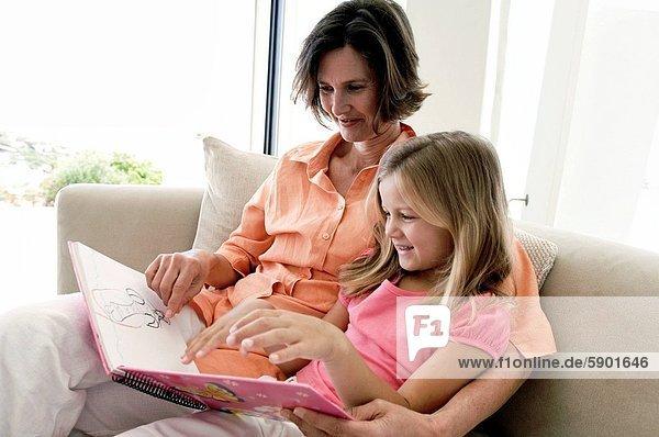 Frau  sehen  Buch  reifer Erwachsene  reife Erwachsene  Zeichnung  Tochter  Taschenbuch