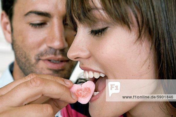 Frau  Mann  jung  Süßigkeit  füttern