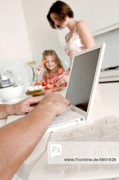 benutzen  Notebook  Mensch  Hintergrund  Mädchen  Mutter - Mensch
