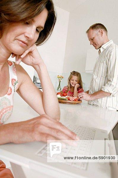 benutzen  Frau  Notebook  Menschlicher Vater  Hintergrund  reifer Erwachsene  reife Erwachsene  Mädchen