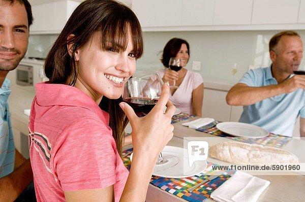 sitzend Portrait lächeln am Tisch essen reifer Erwachsene reife Erwachsene jung Tisch