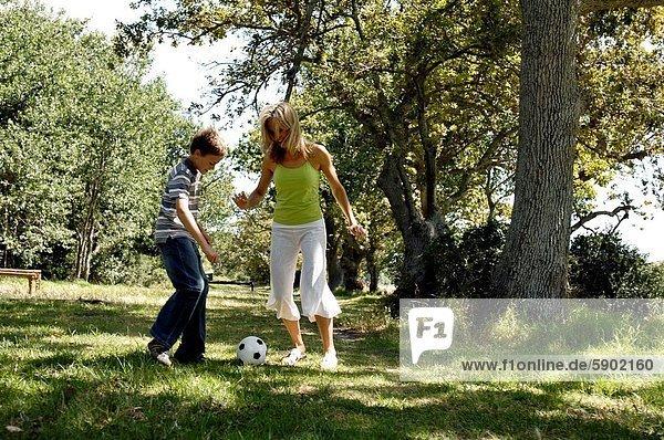 Frau  Sohn  Mittelpunkt  Fußball  Erwachsener  spielen