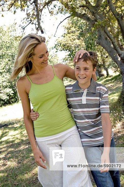Frau  gehen  Sohn  Mittelpunkt  Erwachsener