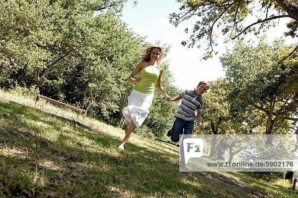Frau  Sohn  rennen  Mittelpunkt  Erwachsener
