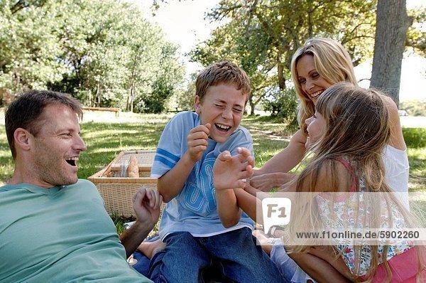 Fröhlichkeit  Mittelpunkt  2  Erwachsener