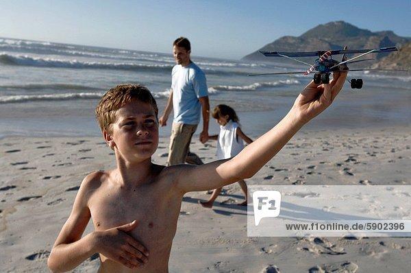 Flugzeug  hinter  gehen  Junge - Person  Menschlicher Vater  Schwester  Modell  halten
