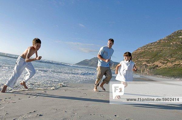 Strand  Junge - Person  Menschlicher Vater  Schwester  rennen