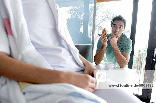 Anschnitt  sitzend  Frau  Mann  Brot  Mittelpunkt  Ansicht  jung  essen  essend  isst