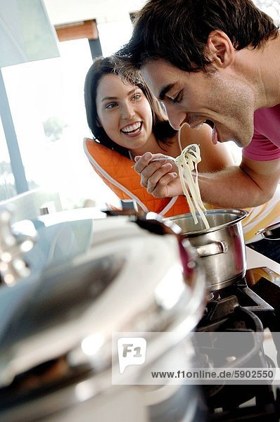 Frau  Mann  sehen  jung  Spaghetti  essen  essend  isst