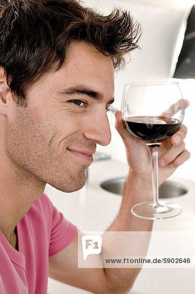 Mann  Glas  Wein  halten  rot  jung