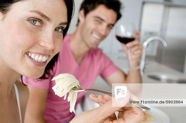 Portrait  Frau  Mann  Glas  Wein  halten  Hintergrund  rot  jung  Spaghetti  essen  essend  isst