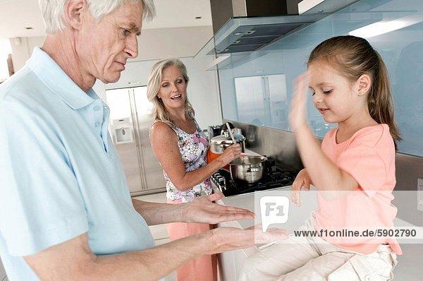 stehend  nebeneinander  neben  Seite an Seite  Senior  Senioren  Frau  klatschen  Spiel  Großvater  Mädchen  spielen