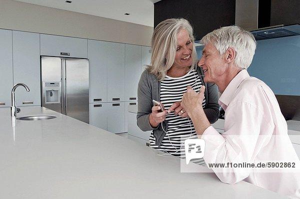 Senior  Senioren  Frau  Mann  sehen  halten  Spiel  MP3-Player  MP3 Spieler  MP3 Player  MP3-Spieler