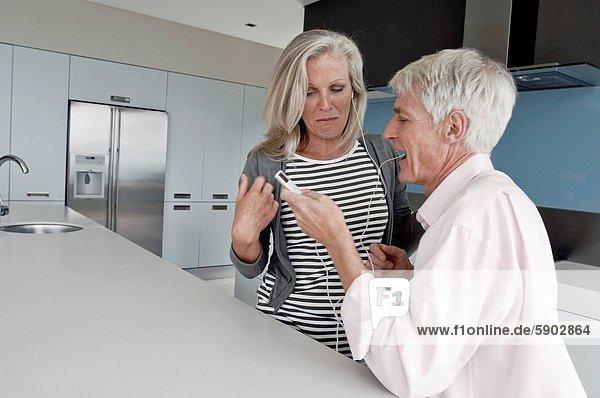 Senior  Senioren  sehen  Küche  Spiel  MP3-Player  MP3 Spieler  MP3 Player  MP3-Spieler
