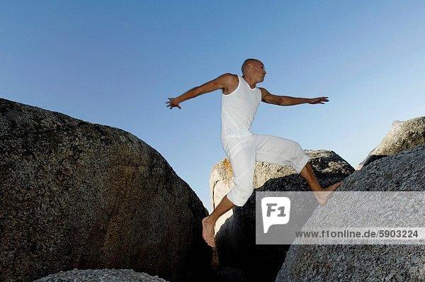 niedrig  Felsbrocken  Mann  springen  Mittelpunkt  Ansicht  Flachwinkelansicht  Erwachsener  Winkel