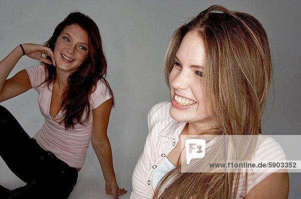 Zwei junge Mädchen lachen am Strand