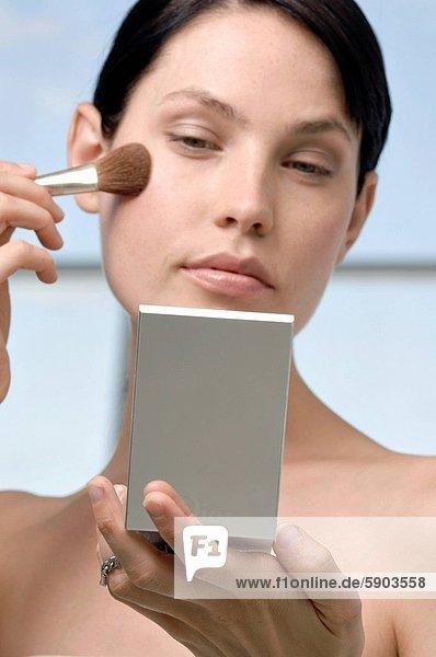 niedrig  eincremen  verteilen  Frau  Verlegenheit  Ansicht  jung  Flachwinkelansicht  Winkel  auftragen  Bürste