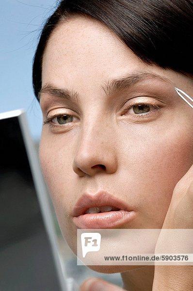 Frau  jung  Augenbraue  Augenbrauen zupfen  Augenbrauen entfernen