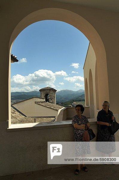 stehend  Senior  Senioren  Frau  Fenster  frontal  reifer Erwachsene  reife Erwachsene  Italien  Umbrien