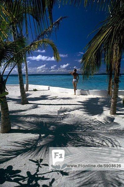 stehend  Frau  Strand  Rückansicht  Ansicht  Malediven
