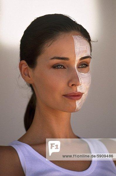 Nahaufnahme einer jungen Frau mit einer Gesichtsmaske