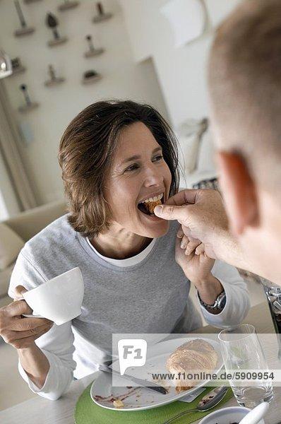 Frau  Mann  Brot  reifer Erwachsene  reife Erwachsene  füttern