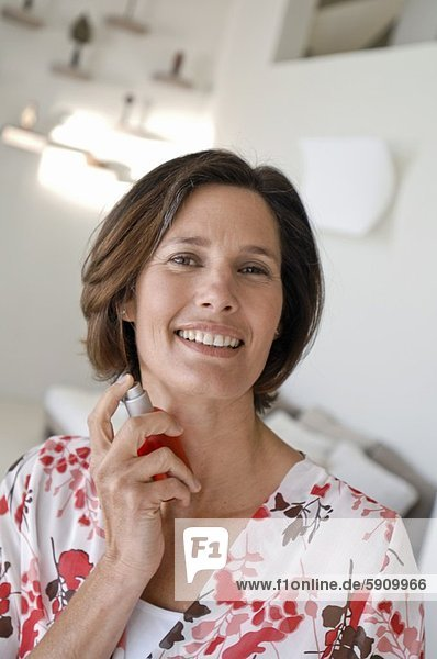 Portrait  Frau  lächeln  besprühen  reifer Erwachsene  reife Erwachsene  Parfüm