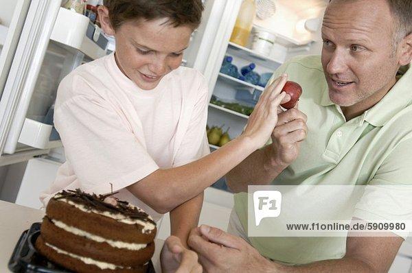 stehend Junge - Person Menschlicher Vater frontal Kuchen Zurückweisung Apfel