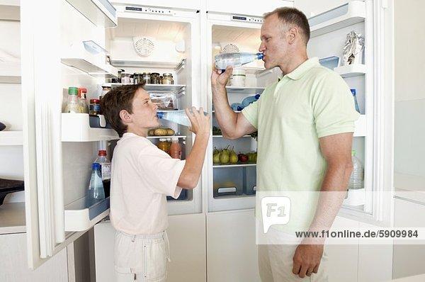 stehend Wasser Mann Sohn offen frontal reifer Erwachsene reife Erwachsene trinken Kühlschrank