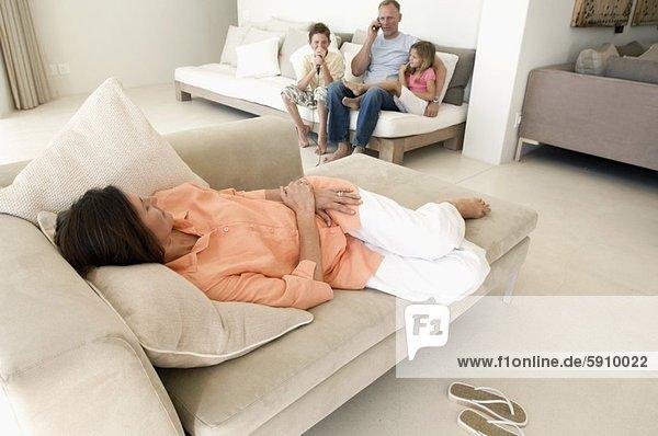 sitzend  Frau  schlafen  Hintergrund  Mittelpunkt  2  Couch  Erwachsener  Ehemann