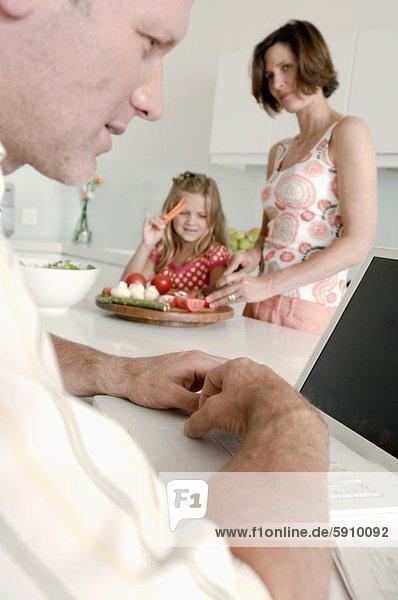 Profil  Profile  benutzen  Mann  Notebook  Ehefrau  arbeiten  Hintergrund  Mittelpunkt  Tochter  Seitenansicht  Erwachsener