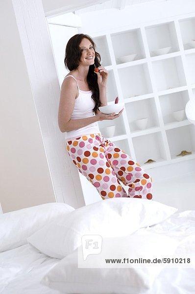 Portrait  Frau  lächeln  halten  Mittelpunkt  Erdbeere  Erwachsener
