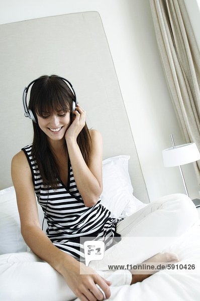 Frau  zuhören  Bett  Musik  Mittelpunkt  Erwachsener