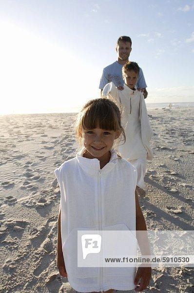 hinter  stehend  Portrait  lächeln  Strand  Bruder  Menschlicher Vater  Mädchen